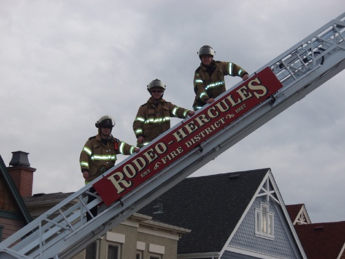 Rodeo-Hercules firefighters on ladder
